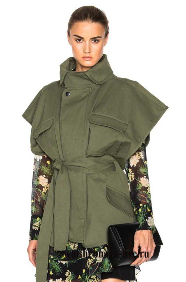 Жилетка цвета хаки в сочетании с шифоновым платьем