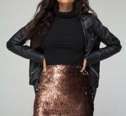 Мини юбка из золотых пайеток с черной курткой косухой