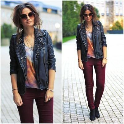 Черная косуха в образе с серой футболкой и брюками бордового цвета