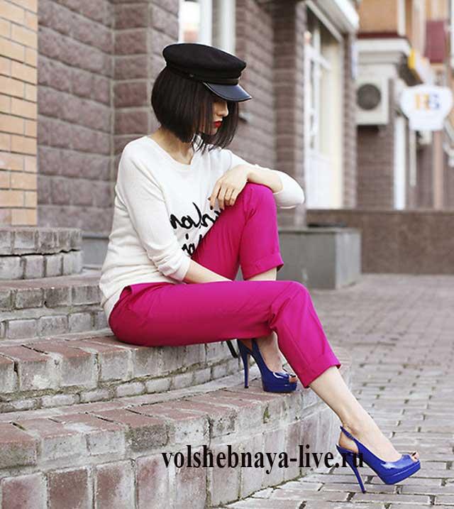 Белая кофта с принтом, бордовые брюки и синие туфли на шпильке