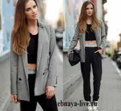 Черные брюки с лампасами на манжете под серый двубортный пиджак