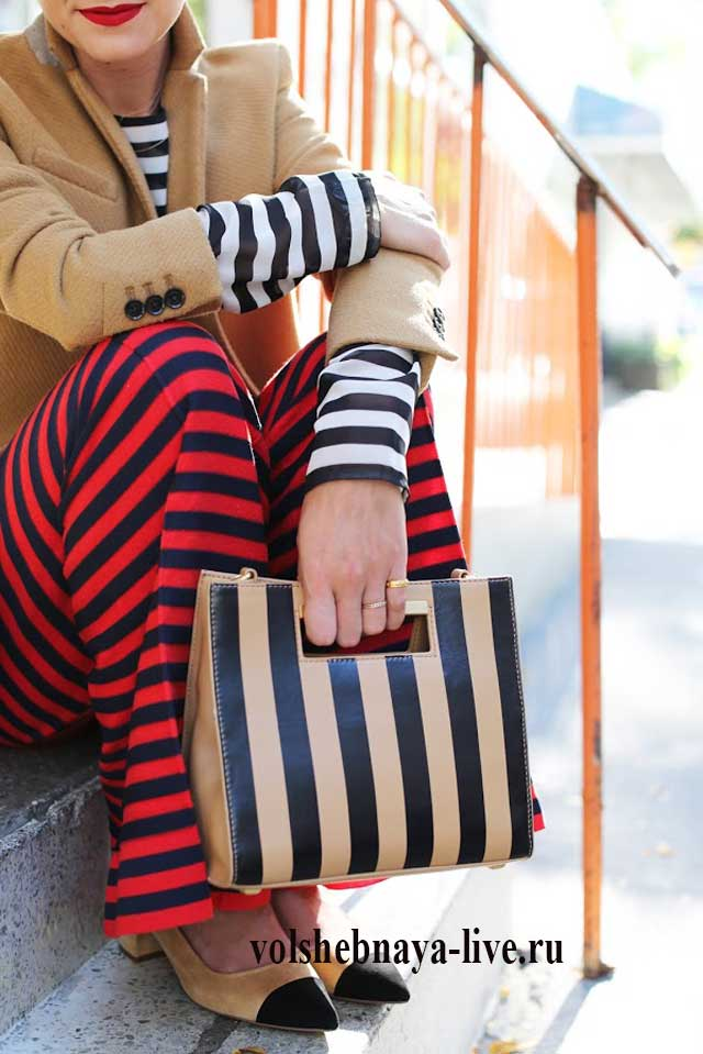 Горчичный пиджак и бордовые брюки