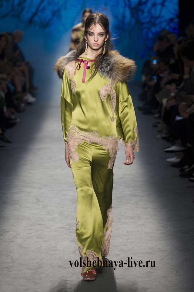 Брючный костюм оливкового цвета из атласа в бельевом стиле ferretti