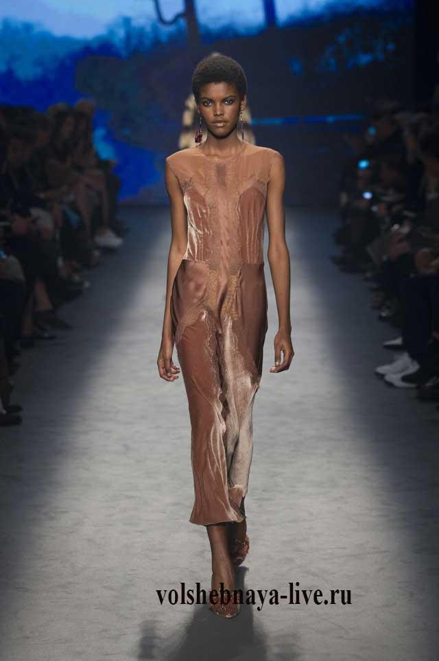 Бархатное миди платье в бельевом стиле, украшенное кружевными вставками