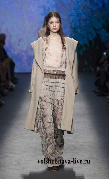 Бежевое пальто под широкие брюки серого цвета из шифона