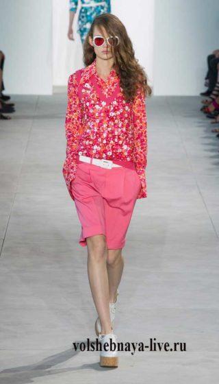 Удлиненные розовые шорты под блузку с цветами
