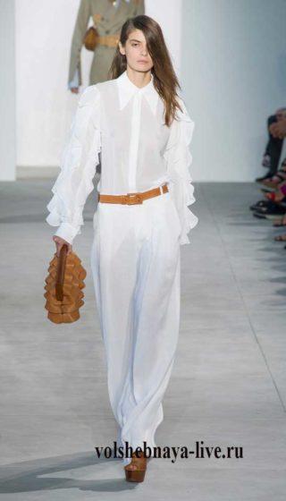 Белые брюки Майкл Корс с блузой в воланох