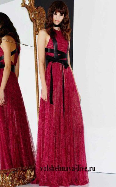 Бордовое платье из кружева с черной портупеей из кожи