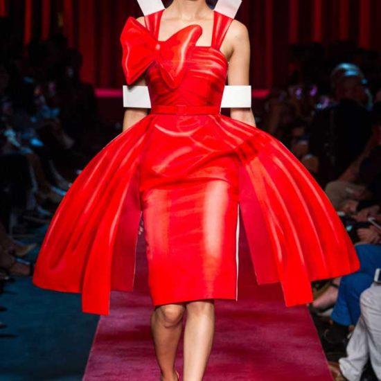 Красное платье со щлейфом moschino