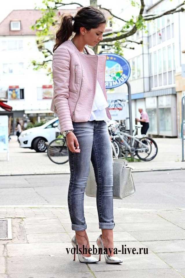 Как носить розовую куртку из кожи с джинсами