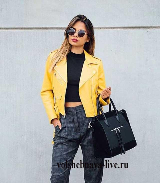 Желтая кожаная куртка с брюками чинос